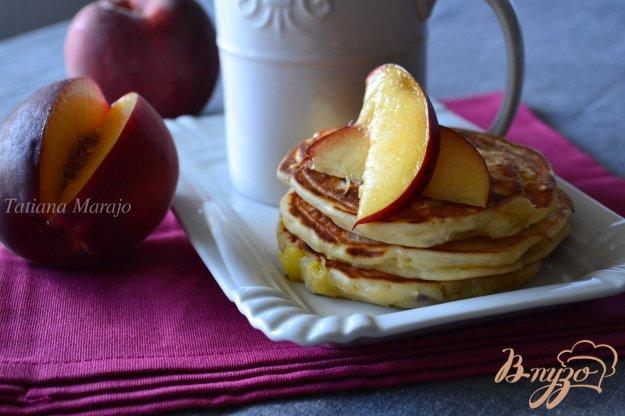 фото рецепта: Творожные оладьи с персиком