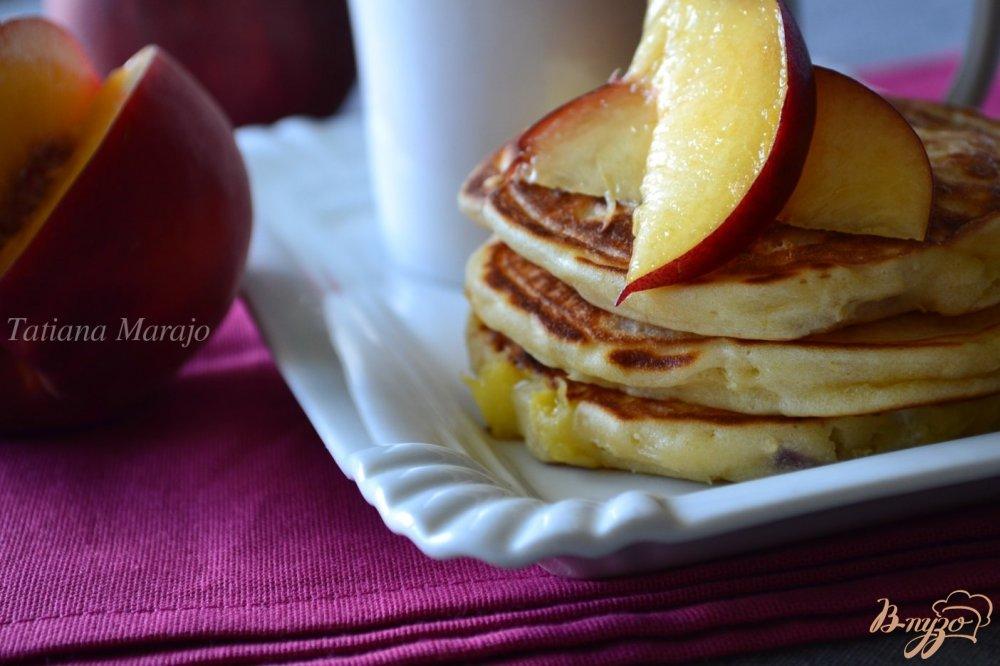 Фото приготовление рецепта: Творожные оладьи с персиком шаг №7