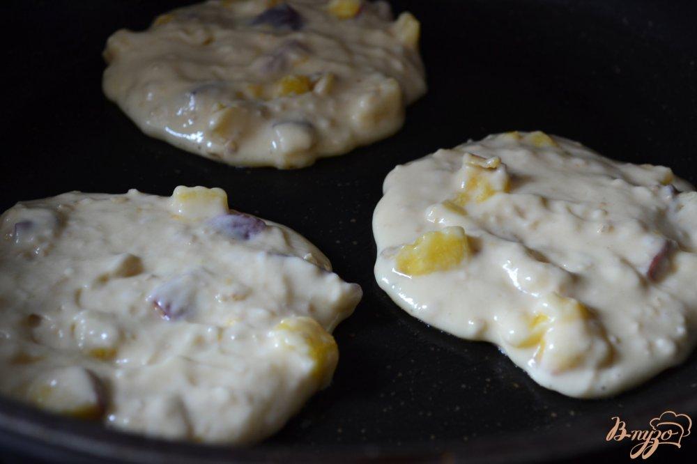 Фото приготовление рецепта: Творожные оладьи с персиком шаг №5