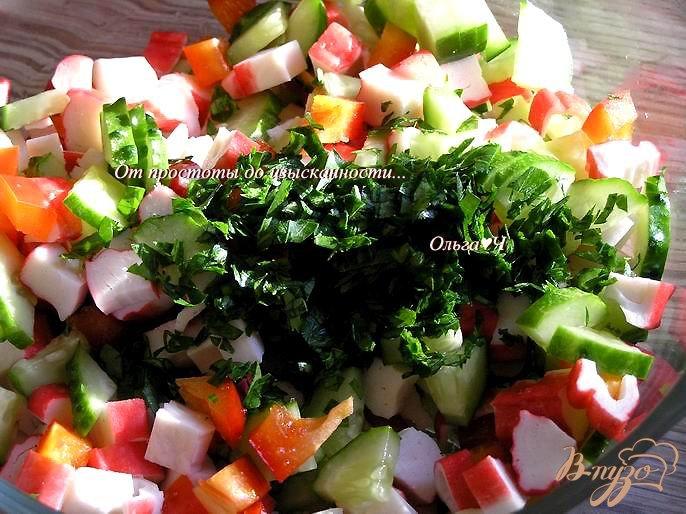 Фото приготовление рецепта: Овощной салат с крабовыми палочками шаг №4