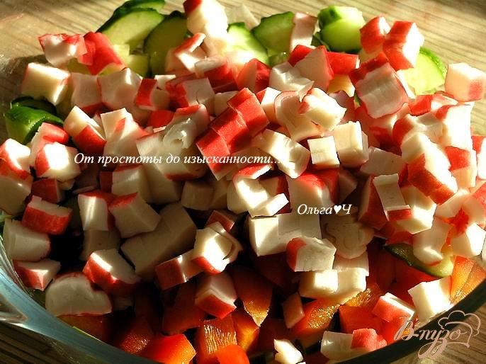 Фото приготовление рецепта: Овощной салат с крабовыми палочками шаг №2