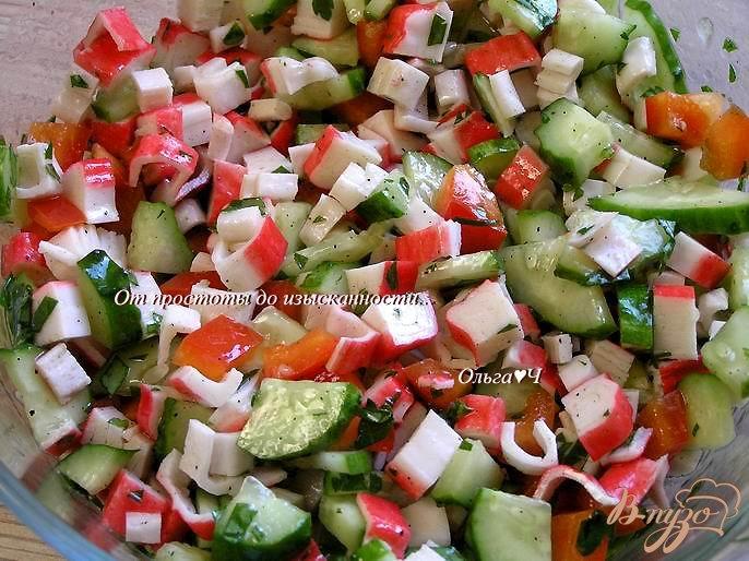Фото приготовление рецепта: Овощной салат с крабовыми палочками шаг №5
