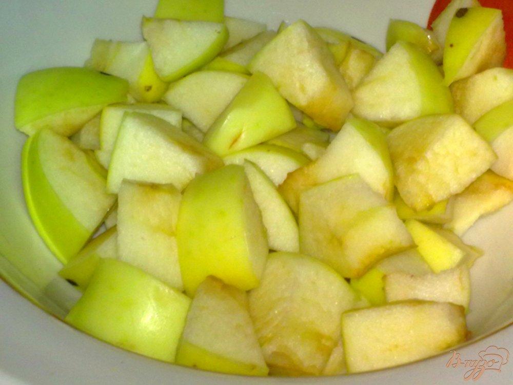 Фото приготовление рецепта: Холодный чай с ромашкой и яблоком шаг №4