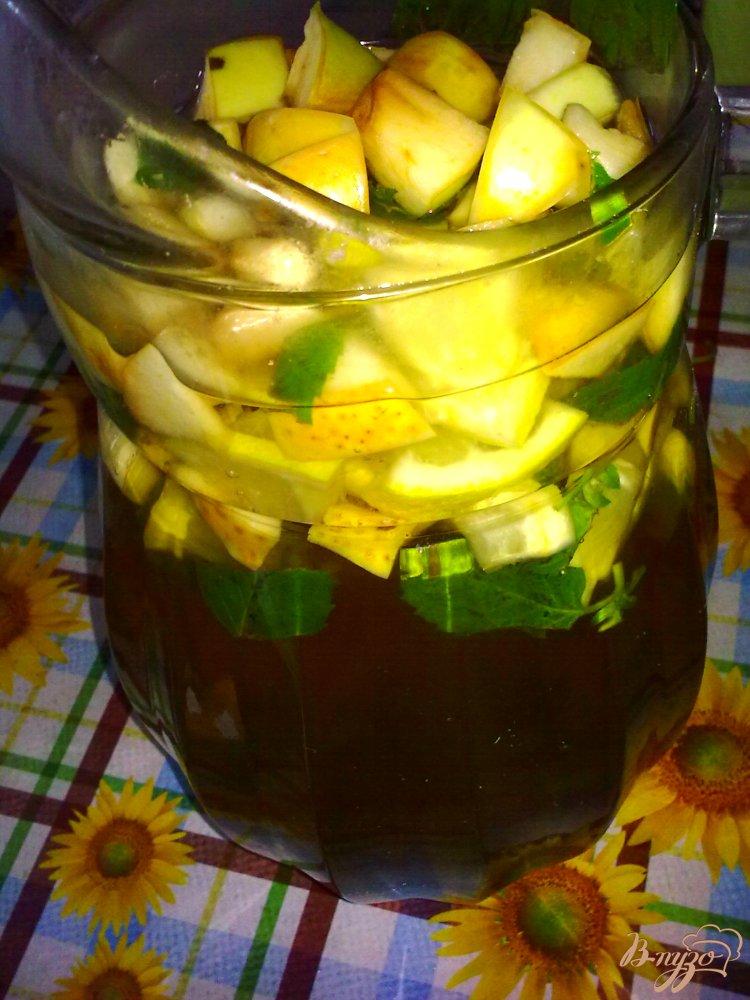 Фото приготовление рецепта: Холодный чай с ромашкой и яблоком шаг №7