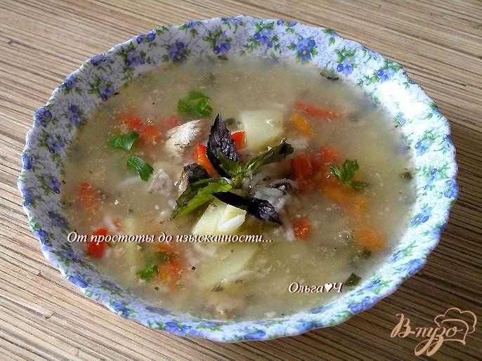 Фото приготовление рецепта: Суп с рисом, консервой и базиликом шаг №4