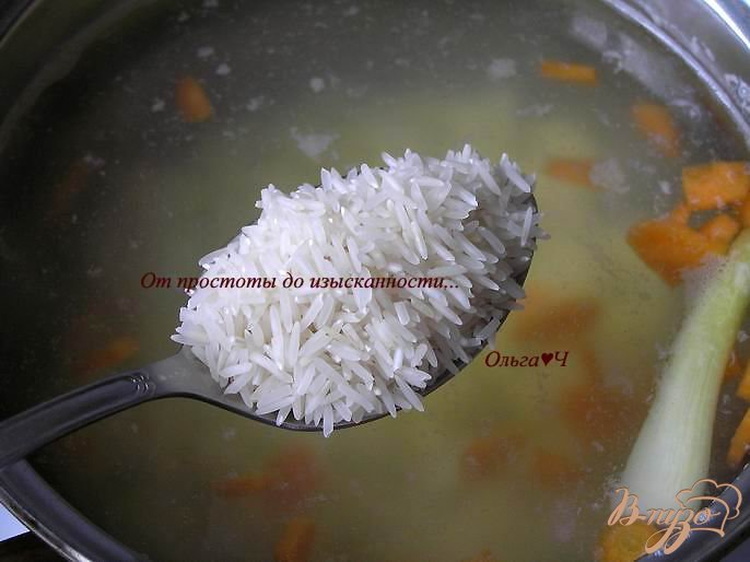 Фото приготовление рецепта: Суп с рисом, консервой и базиликом шаг №1