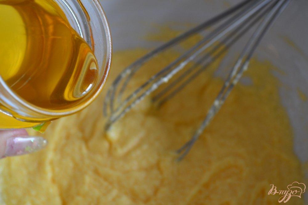 Фото приготовление рецепта: Медовый кекс с красной смородиной шаг №3