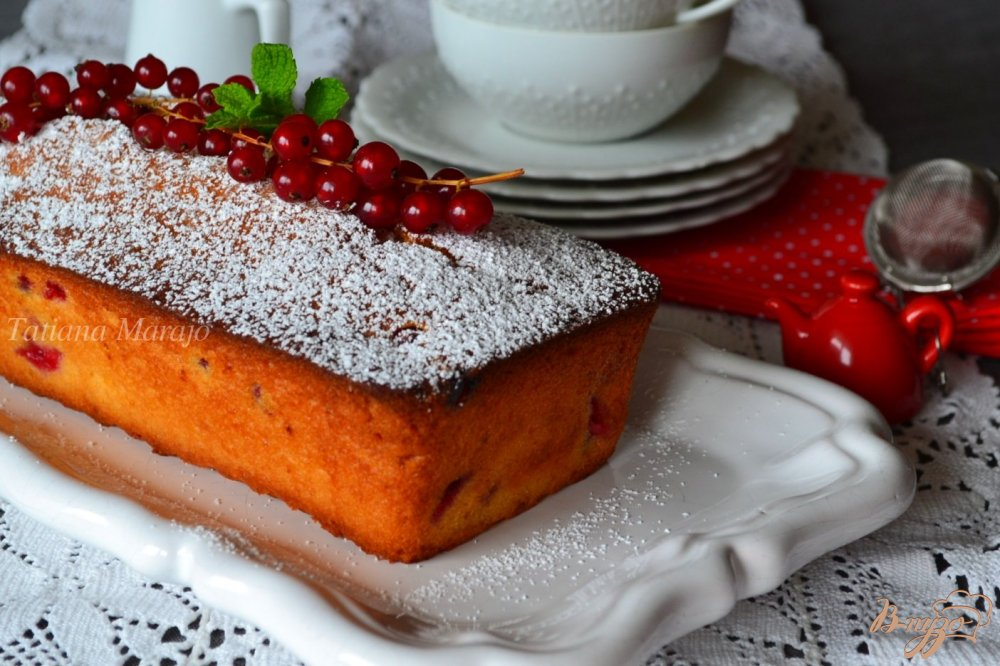 Фото приготовление рецепта: Медовый кекс с красной смородиной шаг №8