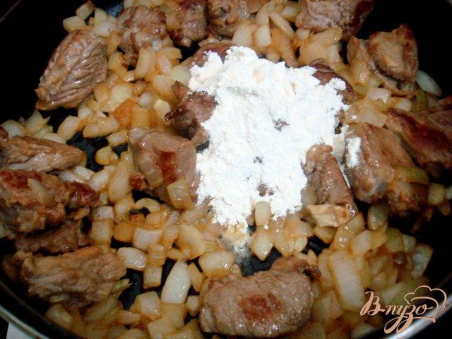 Фото приготовление рецепта: Телятина в томатно-сметанном соусе шаг №5