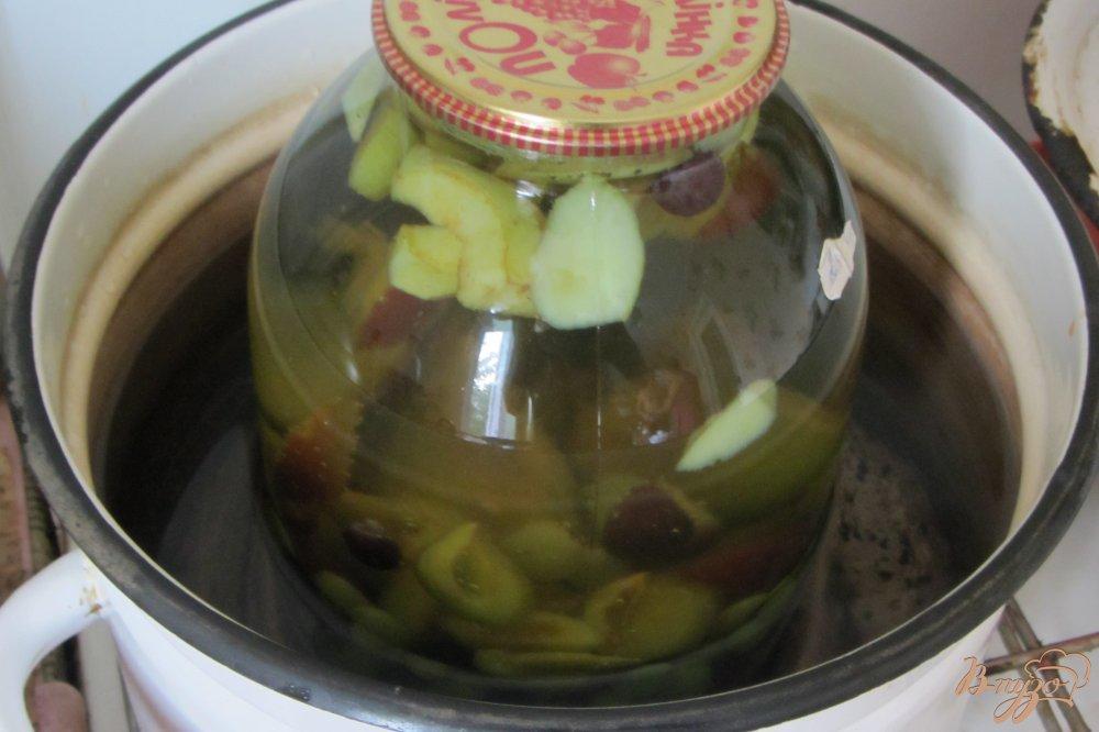Фото приготовление рецепта: Консервированный виноградно-сливовый напиток шаг №6