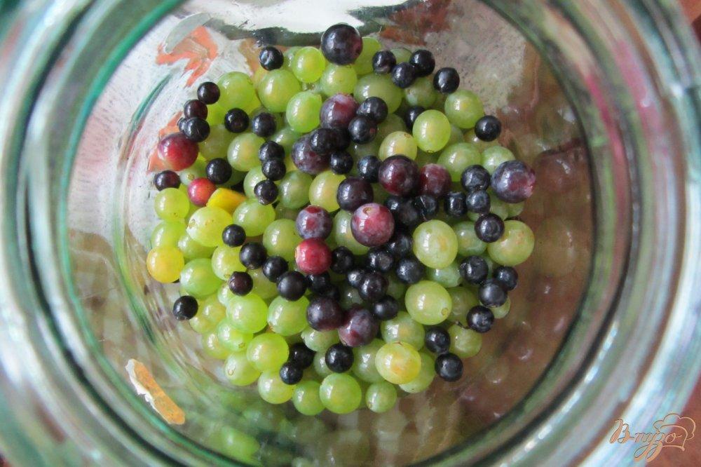 Фото приготовление рецепта: Консервированный виноградно-сливовый напиток шаг №3