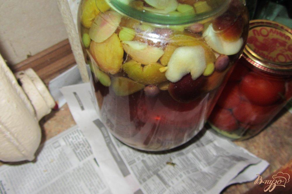 Фото приготовление рецепта: Консервированный виноградно-сливовый напиток шаг №7