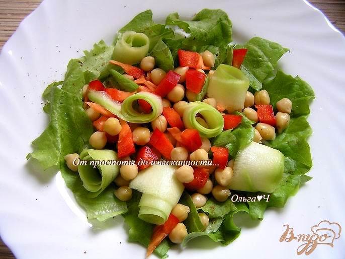 Фото приготовление рецепта: Салат с нутом, сладким перцем и кабачком шаг №4