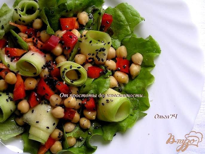 Фото приготовление рецепта: Салат с нутом, сладким перцем и кабачком шаг №5