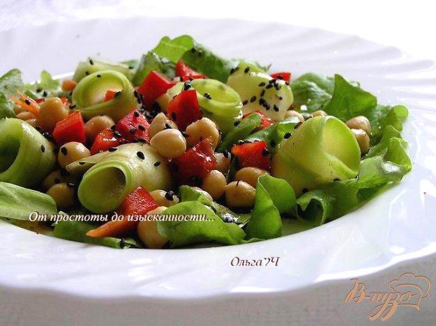 фото рецепта: Салат с нутом, сладким перцем и кабачком