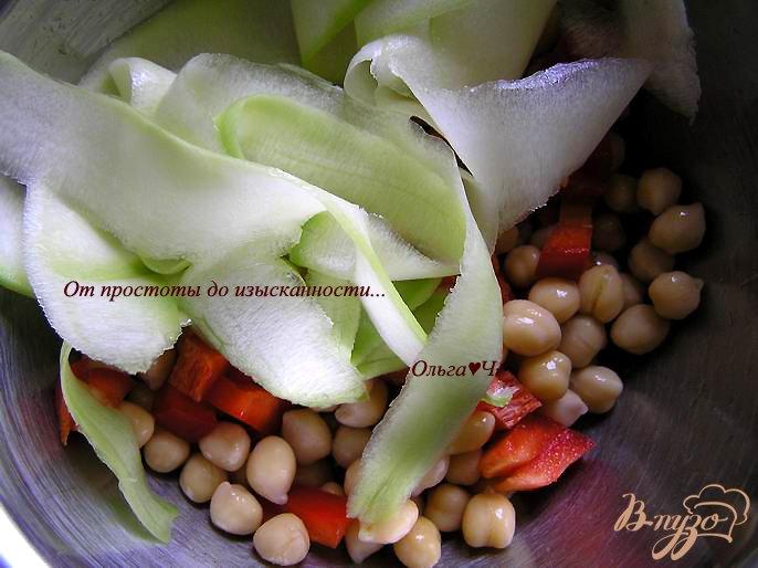 Фото приготовление рецепта: Салат с нутом, сладким перцем и кабачком шаг №1