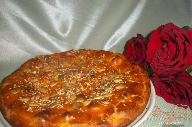 фото рецепта: Томатный пирог с брынзой и колбасками