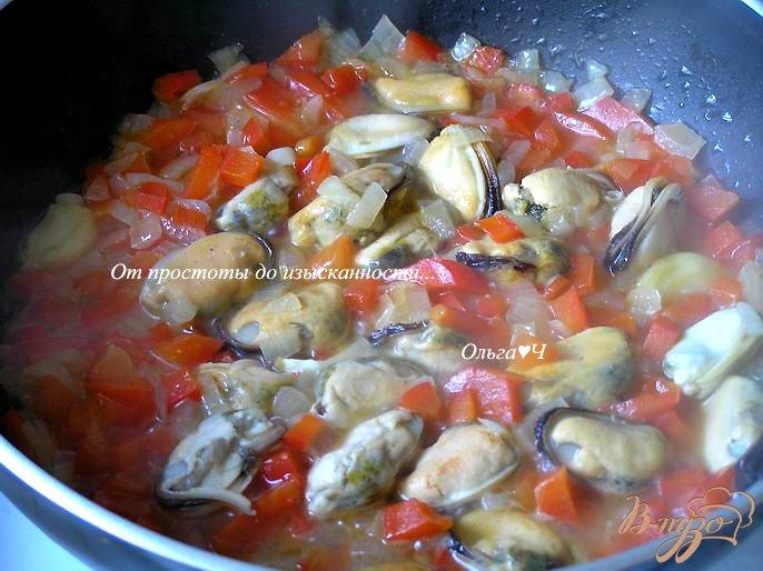 Фото приготовление рецепта: Легкий горохово-овощной суп с мидиями шаг №3