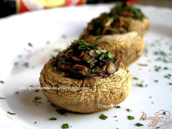 Фото приготовление рецепта: Печеные шампиньоны с луком и соевым соусом шаг №5