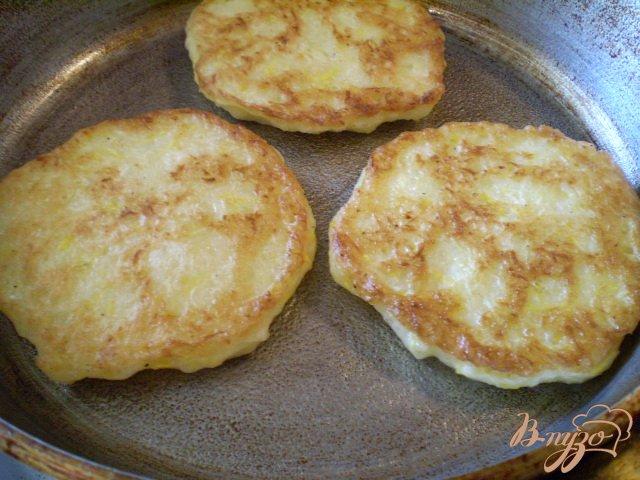 Фото приготовление рецепта: Нежные оладьи с кабачком шаг №7