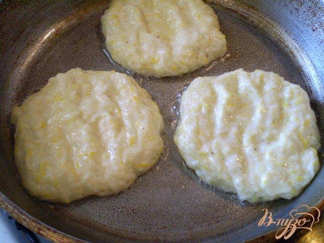 Фото приготовление рецепта: Нежные оладьи с кабачком шаг №6