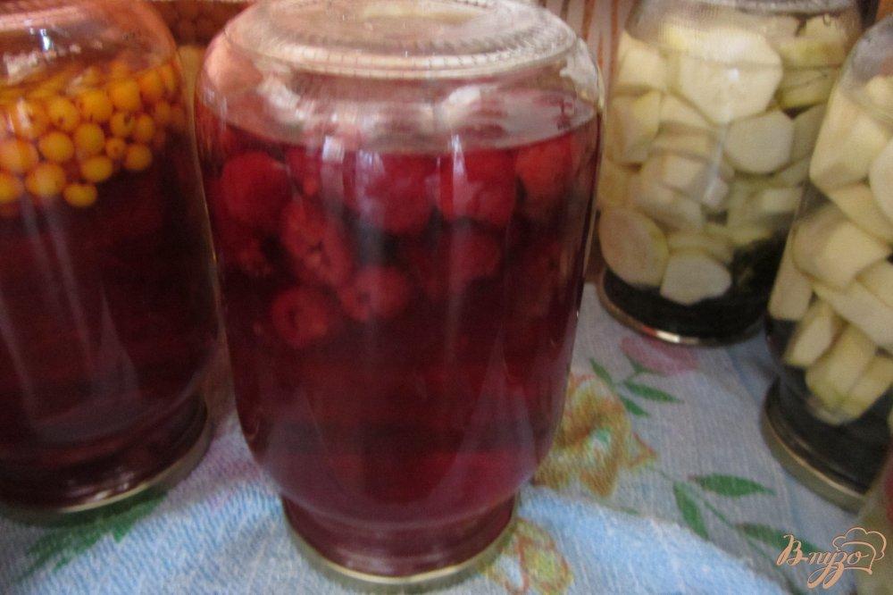 Фото приготовление рецепта: Концервированный малиновый напиток на зиму шаг №5