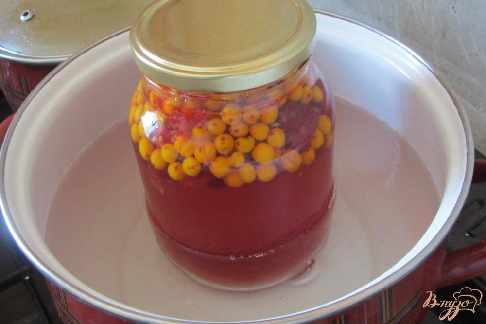 Фото приготовление рецепта: Малиново-облепиховый компот на зиму шаг №4