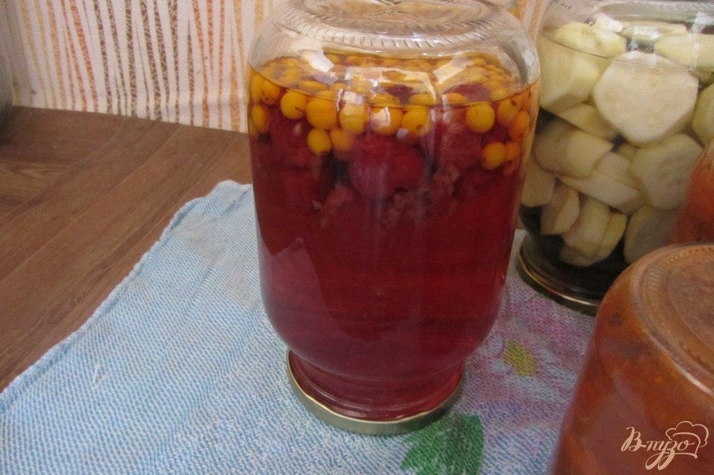 Фото приготовление рецепта: Малиново-облепиховый компот на зиму шаг №5