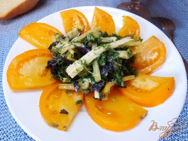 фото рецепта: Салат из желтых микадо с сыром сулугуни