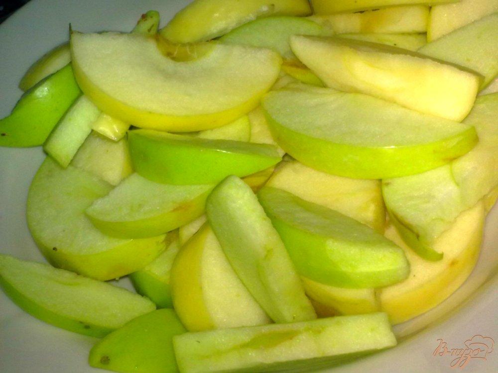 Фото приготовление рецепта: Компот из фиников, яблок и мяты шаг №2