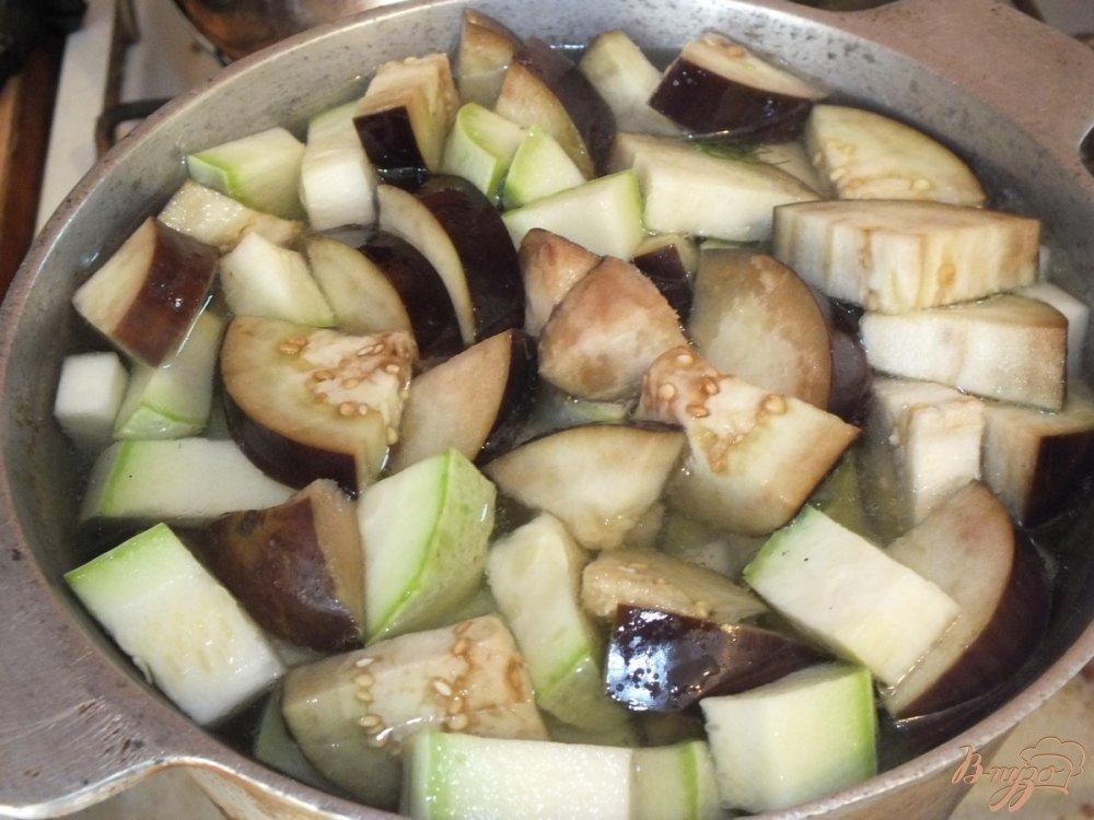 Фото приготовление рецепта: Консервированный салат из кабачков и баклажанов шаг №3