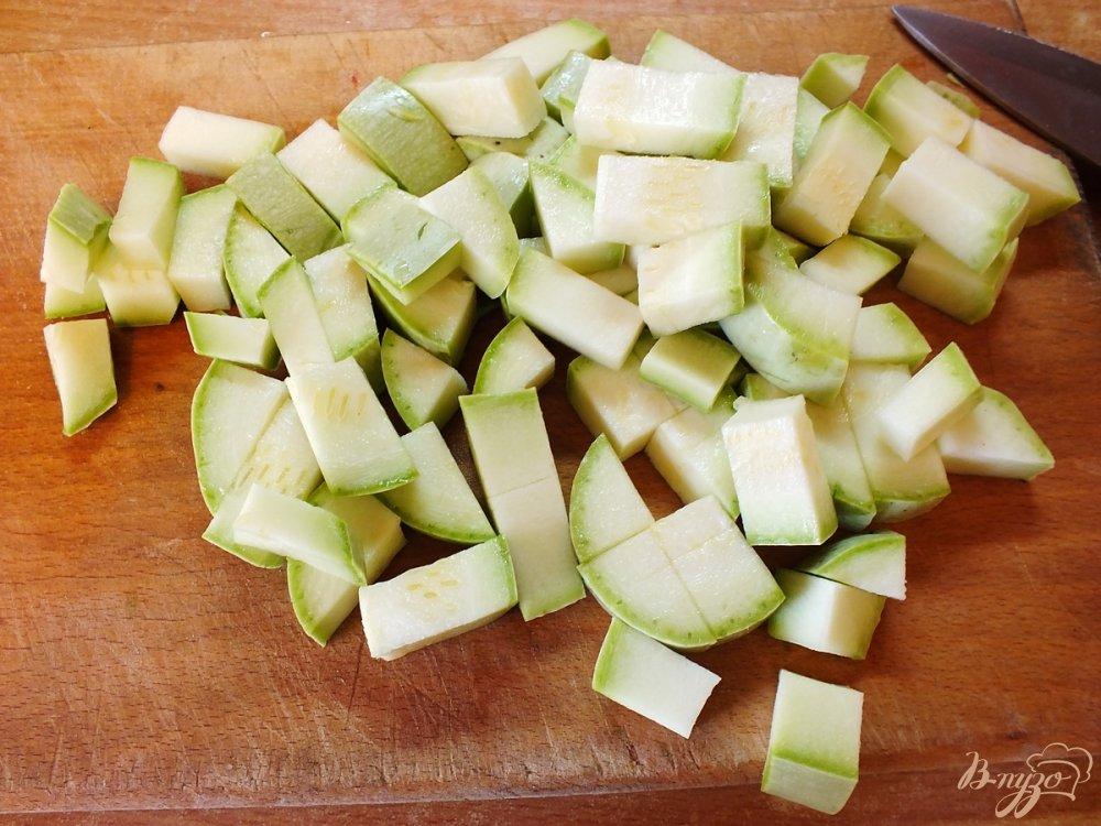 Фото приготовление рецепта: Консервированный салат из кабачков и баклажанов шаг №1