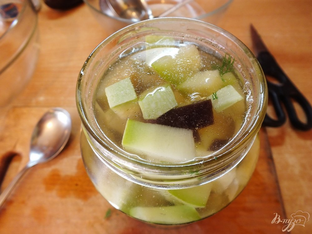 Фото приготовление рецепта: Консервированный салат из кабачков и баклажанов шаг №6