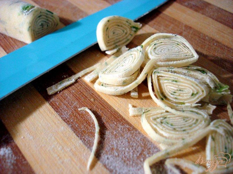 Фото приготовление рецепта: Бульон с домашней лапшой шаг №8