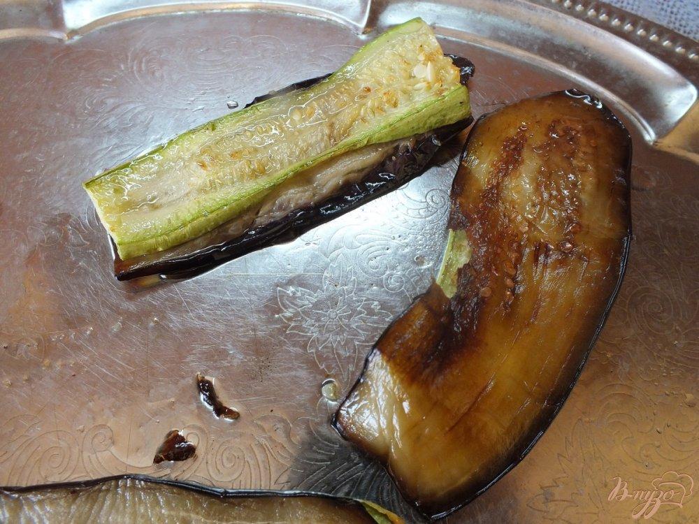 Фото приготовление рецепта: Дуэт из запеченных синих и кабачков шаг №6