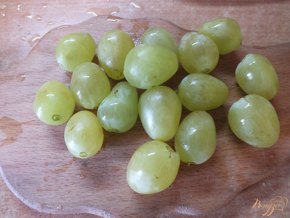 Фото приготовление рецепта: Виноградно-сливовый фрэш со сливками шаг №3