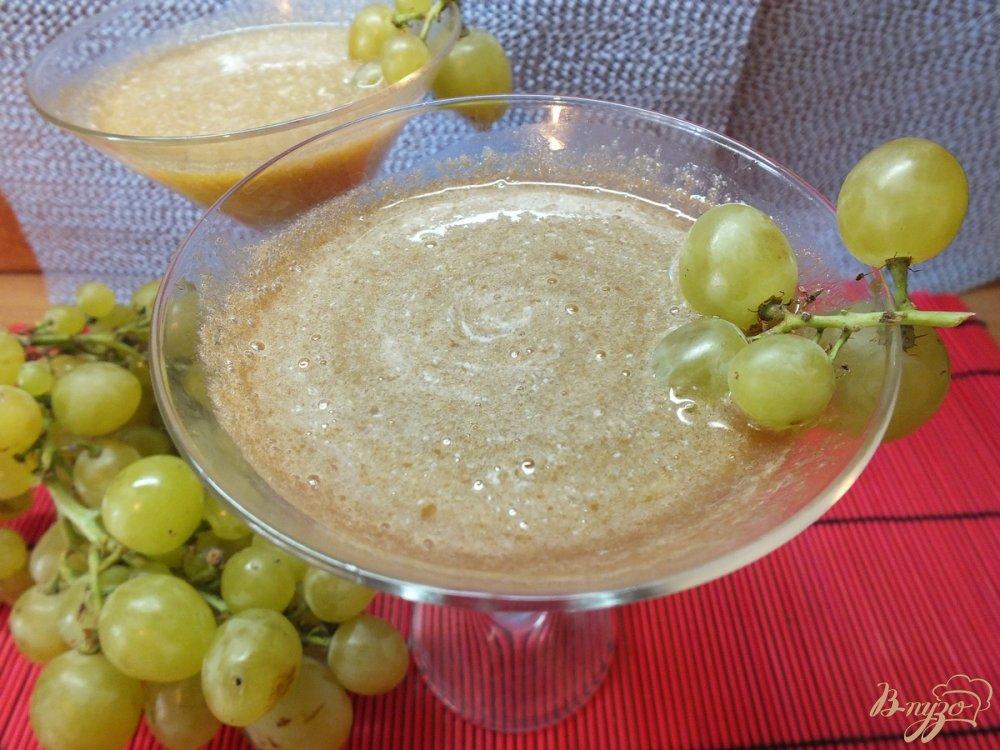 Фото приготовление рецепта: Виноградно-сливовый фрэш со сливками шаг №6