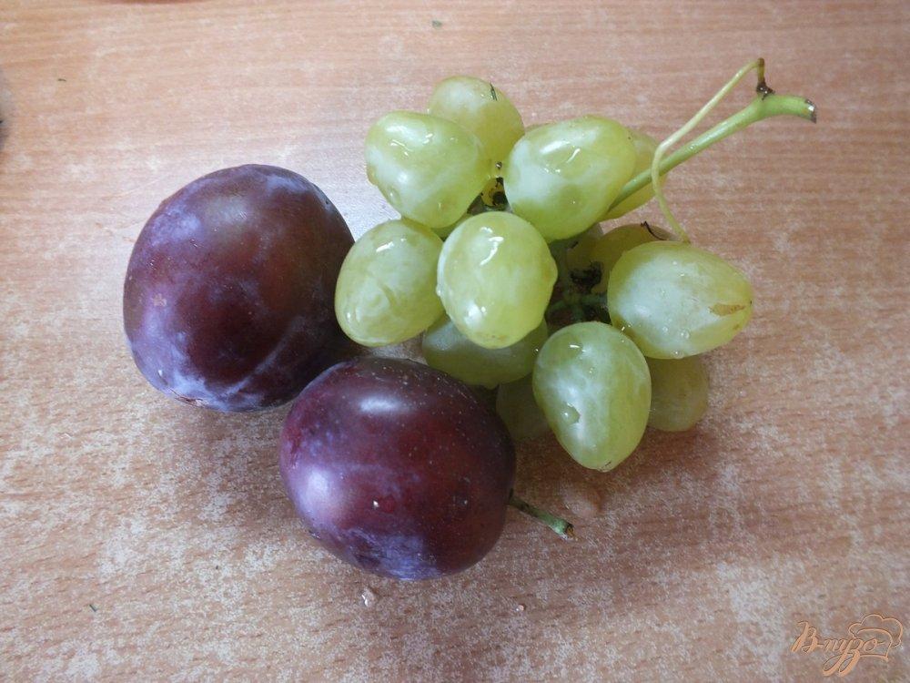 Фото приготовление рецепта: Виноградно-сливовый фрэш со сливками шаг №1