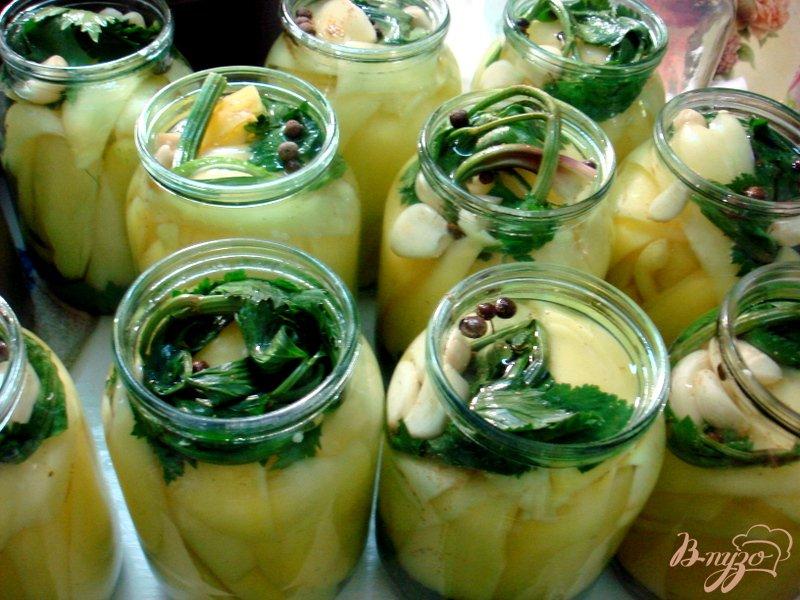 Фото приготовление рецепта: Перец маринованный сельдереем и чесноком шаг №6