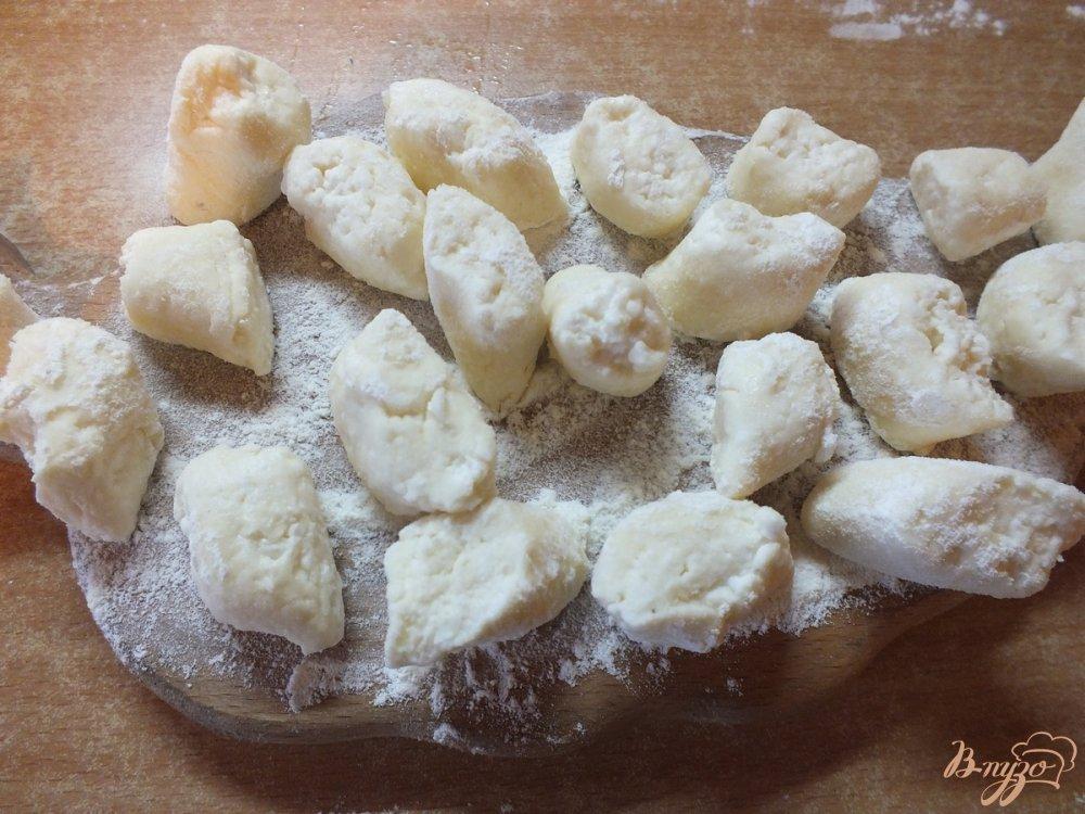 Фото приготовление рецепта: Ленивцы из творога с томленой грушей и сиропом шаг №8