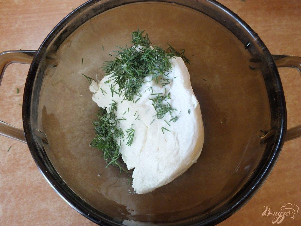 Фото приготовление рецепта: Закусочные рулеты из синих с творогом и зеленью шаг №4