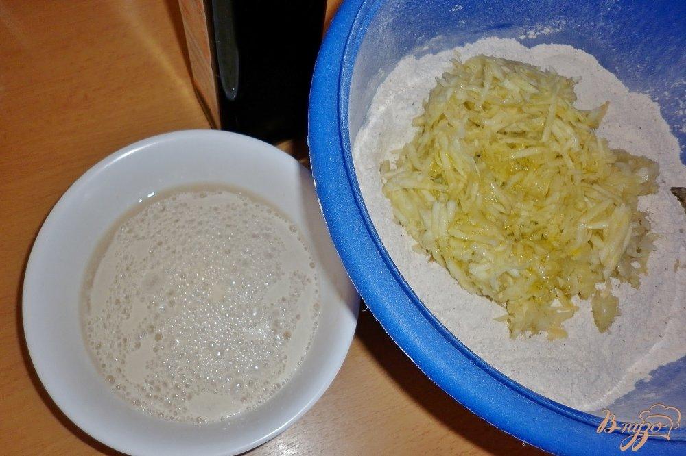 Фото приготовление рецепта: Хлеб с цуккини и луком шаг №4