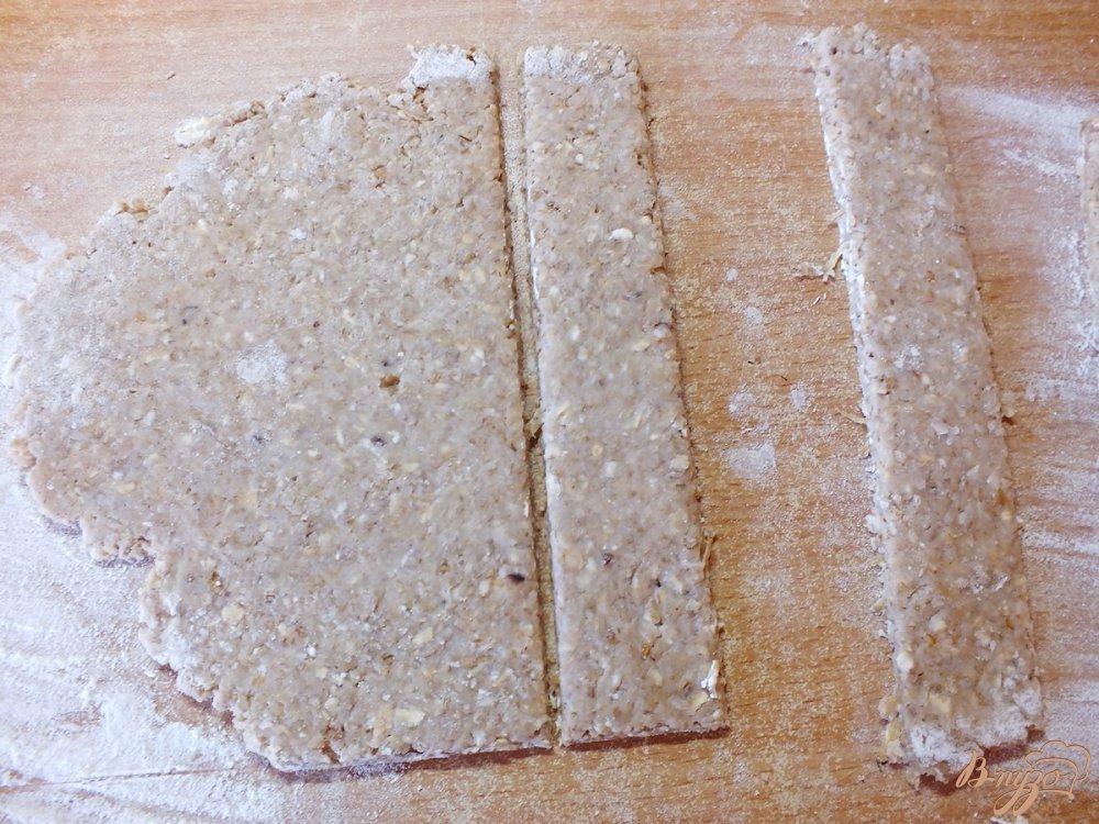 Фото приготовление рецепта: Хлебцы из орехово-овсяной муки шаг №7