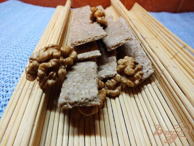 фото рецепта: Хлебцы из орехово-овсяной муки