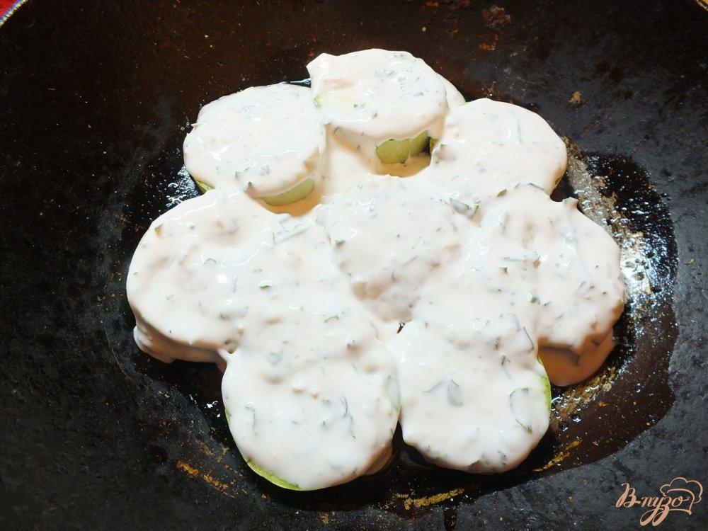 Фото приготовление рецепта: Кабачки под сметанно-чесночной шубкой шаг №5