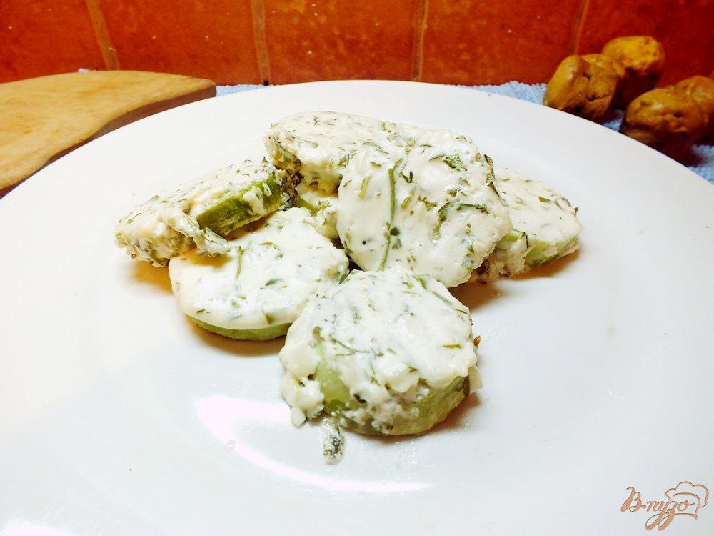 Фото приготовление рецепта: Кабачки под сметанно-чесночной шубкой шаг №6