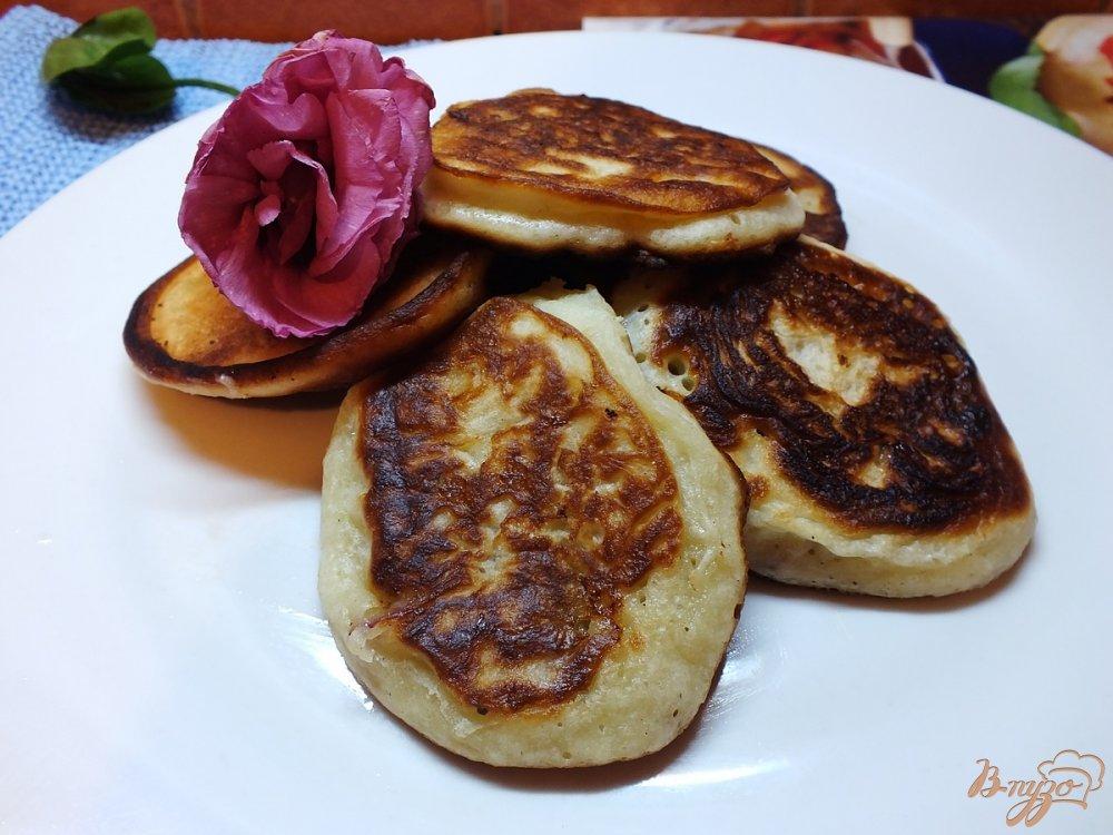 Фото приготовление рецепта: Оладьи со сливой и грецкими орехами шаг №9