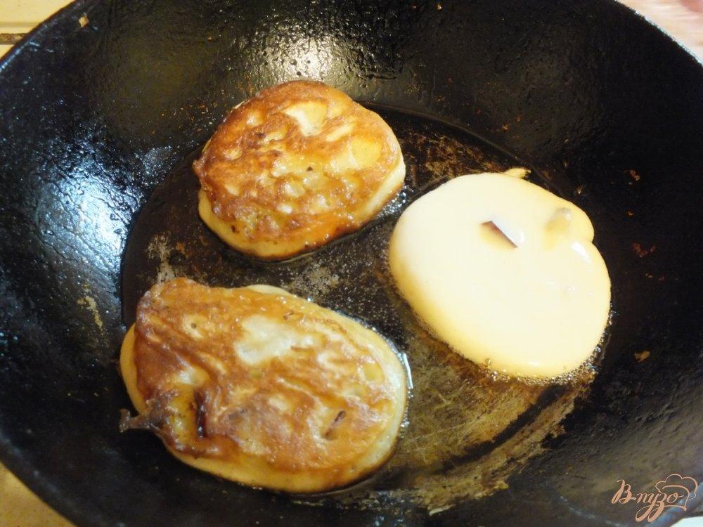 Фото приготовление рецепта: Оладьи со сливой и грецкими орехами шаг №8