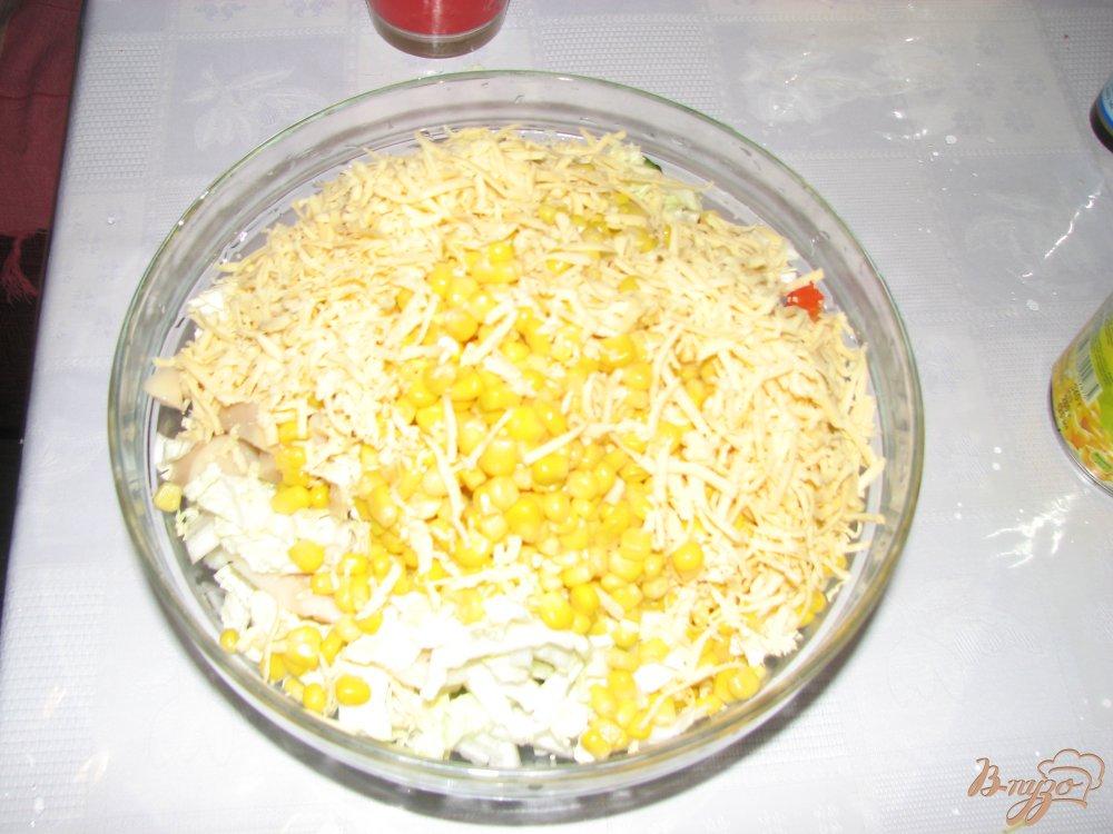 Фото приготовление рецепта: Салат с кальмаром и пекинской капустой шаг №4