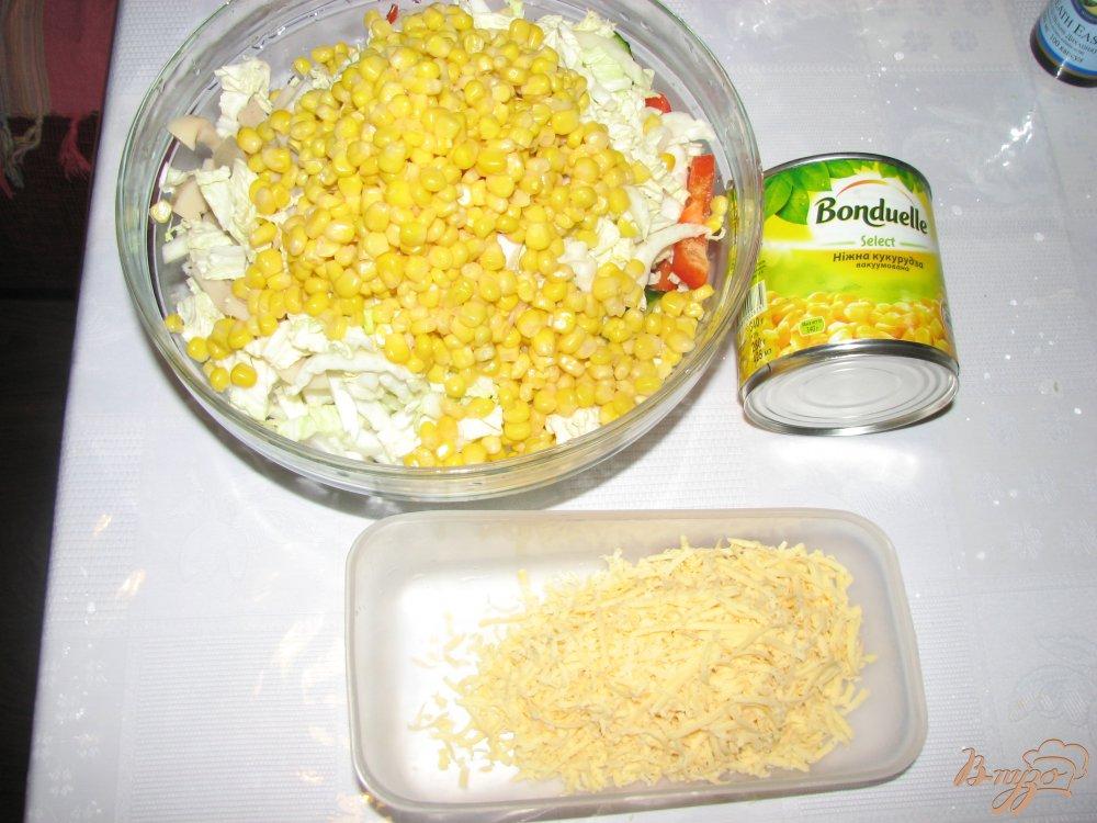 Фото приготовление рецепта: Салат с кальмаром и пекинской капустой шаг №3